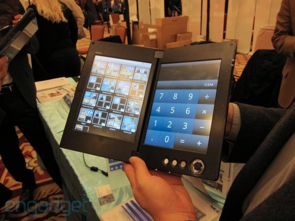 NEC dual-screen tablet otevřený podruhé